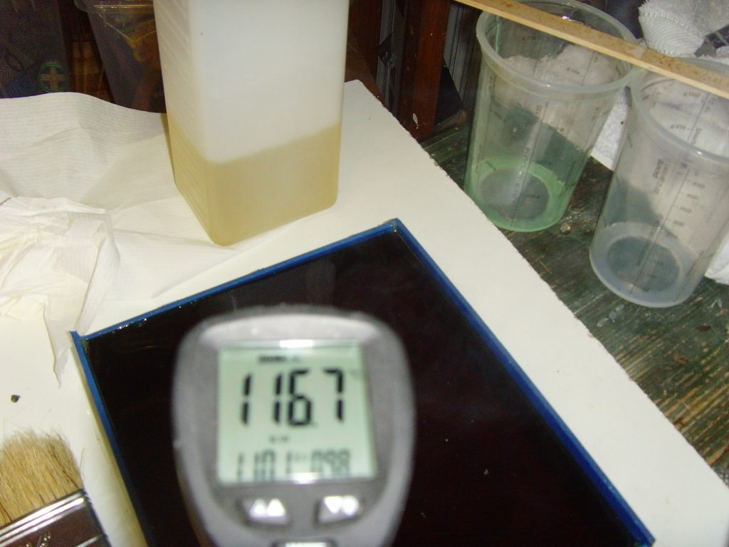 Das Gießharz erhitzt sich beim Polimerisieren bis ca 120°C